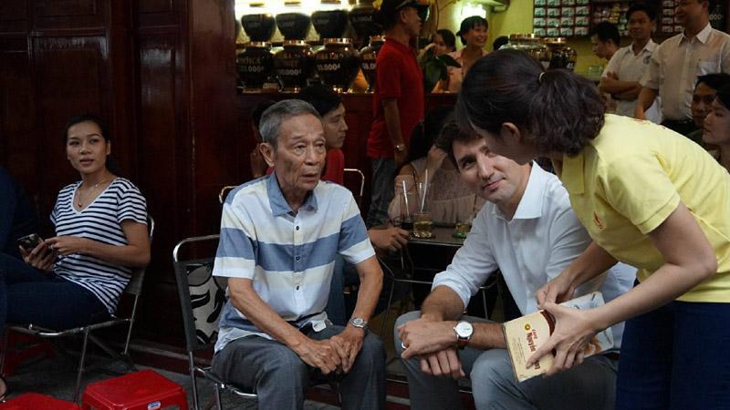 Thủ tướng Canada thưởng thức cà phê sữa vỉa hè Sài Gòn-5