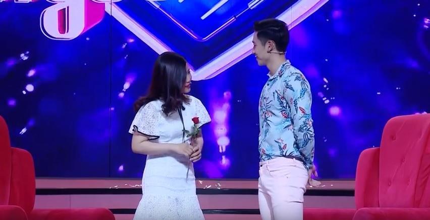 Vì yêu mà đến: Cô sinh viên trường báo tỏ tình thành công, nắm tay Quang Bảo rời khỏi chương trình-5