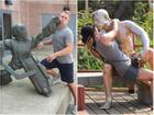 15 tư thế tạo dáng 'bá đạo' của con người bên các bức tượng