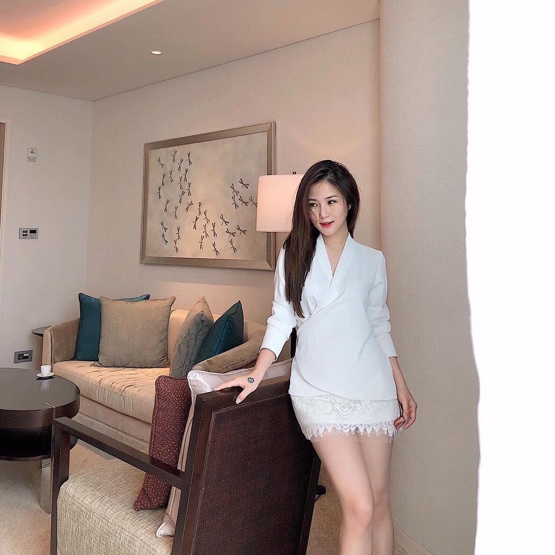 Tin sao Việt 10/11: Lâm Khánh Chi trước thời khắc mặc váy cô dâu vào thánh đường-7