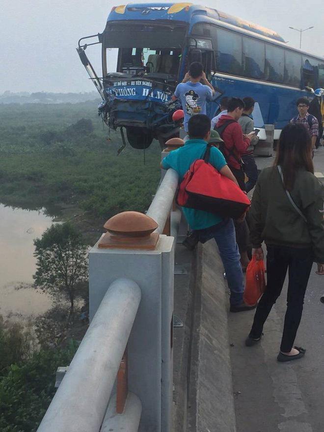 Clip hiện trường vụ tai nạn khiến xe khách suýt nữa lao xuống sông Hồng trên cầu Thanh Trì-1