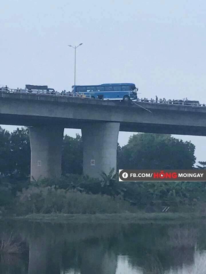 Clip hiện trường vụ tai nạn khiến xe khách suýt nữa lao xuống sông Hồng trên cầu Thanh Trì-3