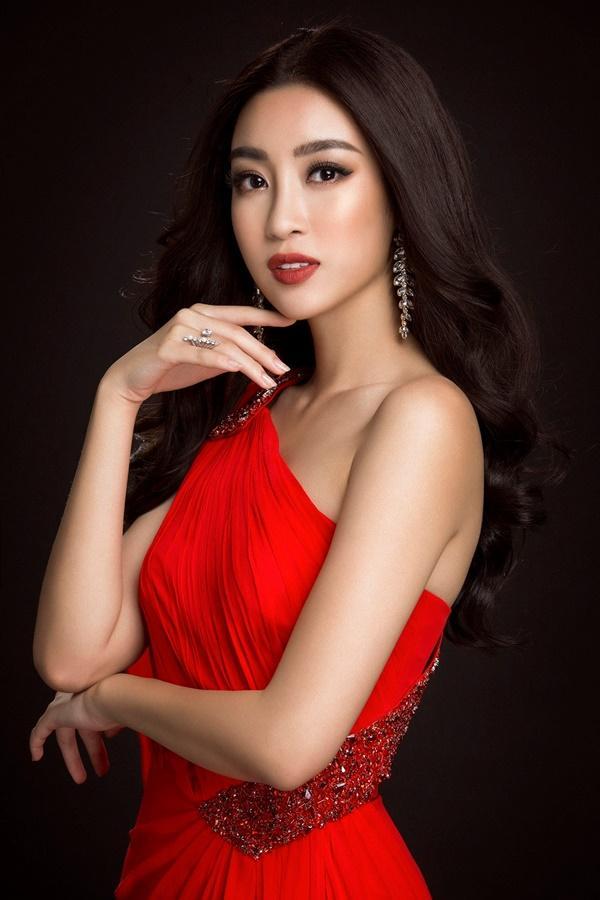 Đỗ Mỹ Linh chọn đầm xẻ tà cao khoe chân dài tại Miss World-2