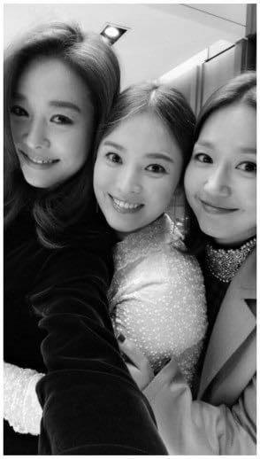 Sao Hàn 11/11: Song Hye Kyo khoe ảnh kỷ niệm tình bạn 20 năm với Ock Joo Hyun-1