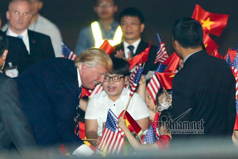 Cậu bé 11 tuổi bất ngờ được Tổng thống Donald Trump tặng hoa-1