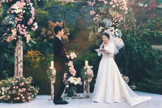 Tiết lộ hiếm hoi sau hôn lễ của Song - Song: Nguyên nhân khiến cô dâu bật khóc-1