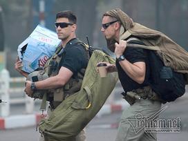 Đặc vụ Mỹ 'tay xách nách mang' trên phố Hà Nội