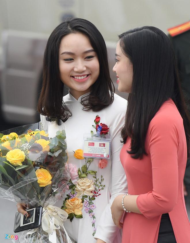 Cô gái tặng hoa cho ông Tập Cận Bình là ai?-1