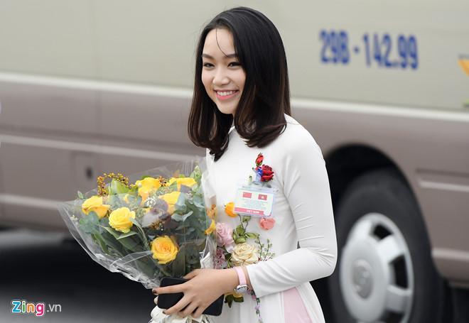 Cô gái tặng hoa cho ông Tập Cận Bình là ai?-2