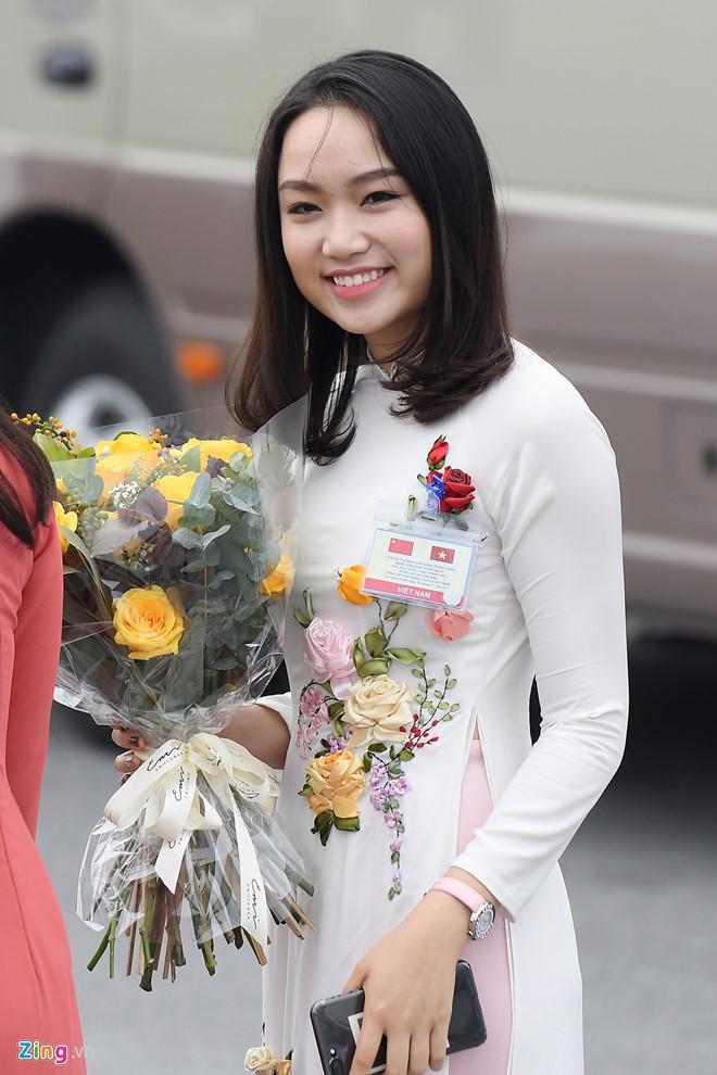 Cô gái tặng hoa cho ông Tập Cận Bình là ai?-3