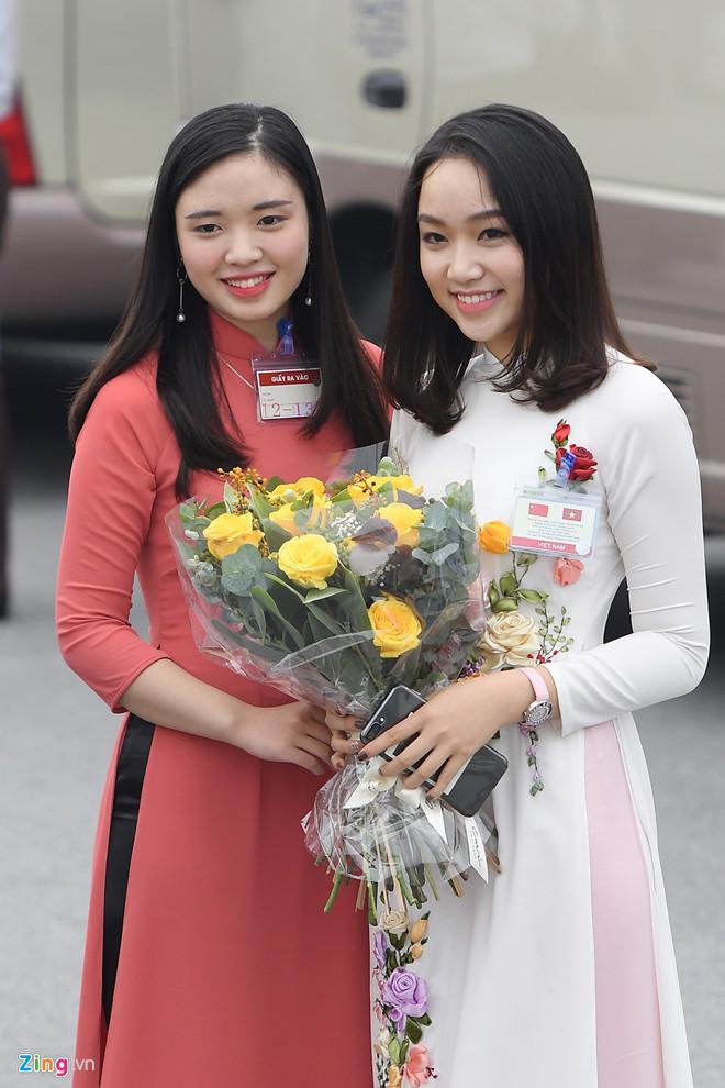 Cô gái tặng hoa cho ông Tập Cận Bình là ai?-4