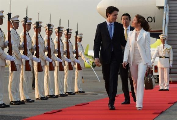 Không chỉ đẹp trai xinh gái, vợ chồng thủ tướng Canada còn đồng điệu về thời trang khi xuất hiện trước công chúng-2