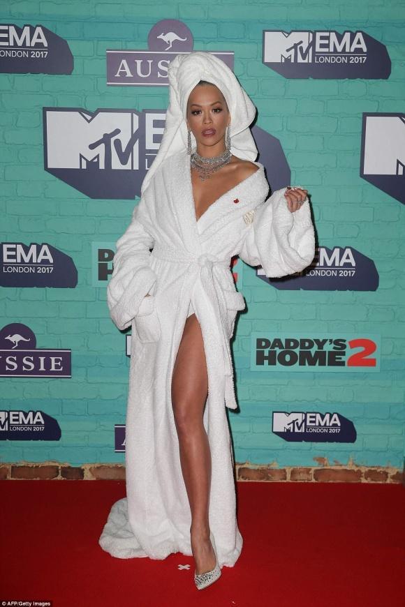 Rita Ora đã mặc áo choàng tắm thì chớ, lại còn lộ nội y lên thảm đỏ EMA 2017-4