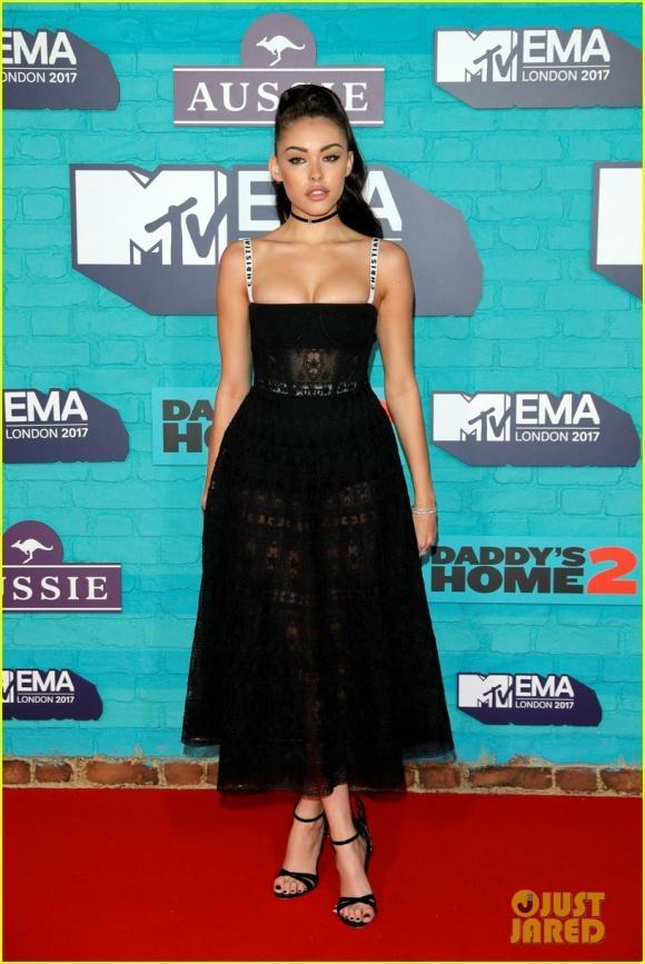 Rita Ora đã mặc áo choàng tắm thì chớ, lại còn lộ nội y lên thảm đỏ EMA 2017-7