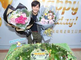 Tiết lộ đang giảm cân, Huỳnh Hiểu Minh giật mình khi nhận được bánh sinh nhật cực 'độc'