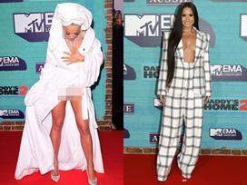 Rita Ora đã mặc áo choàng tắm thì chớ, lại còn lộ nội y lên thảm đỏ EMA 2017