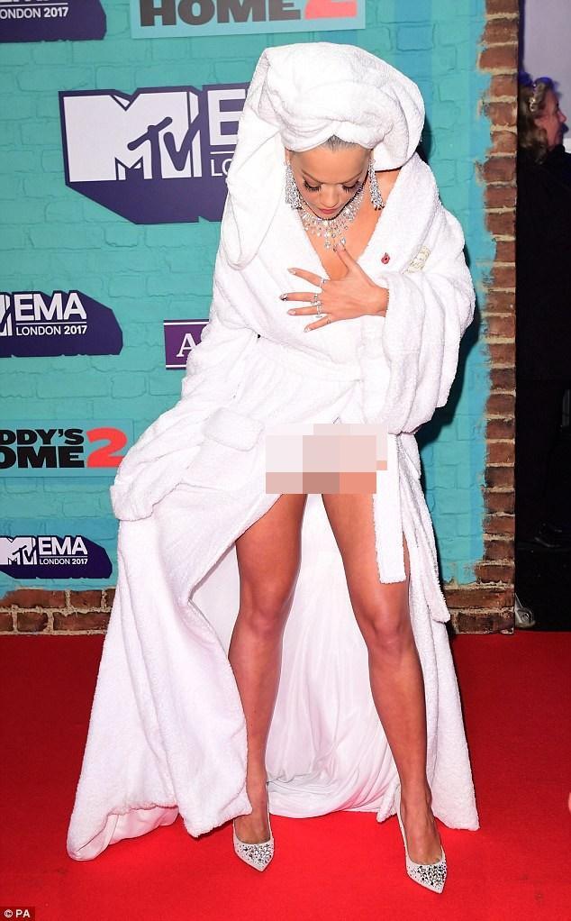 Rita Ora đã mặc áo choàng tắm thì chớ, lại còn lộ nội y lên thảm đỏ EMA 2017-3