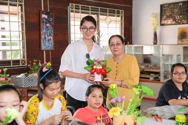 Hé lộ quà tặng đấu giá đầy tính nhân văn của Á hậu Thùy Dung tại Hoa hậu Quốc Tế 2017-3