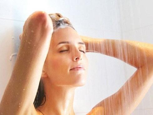 Nên tắm vào ban đêm hay buổi sáng?
