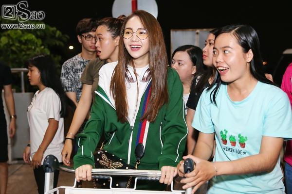 Bay chuyến đêm muộn, Minh Hằng bất ngờ khi có cả fan tí hon ra tiễn-4