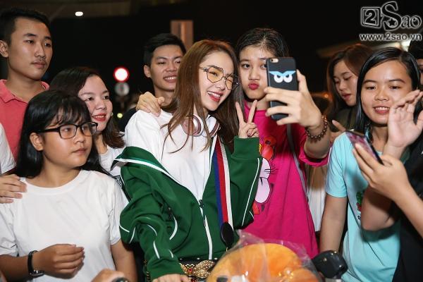 Bay chuyến đêm muộn, Minh Hằng bất ngờ khi có cả fan tí hon ra tiễn-7