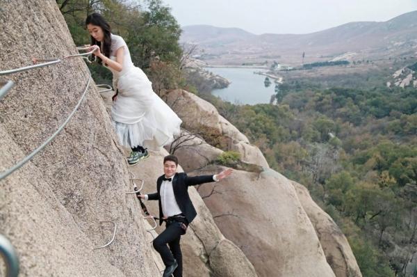 Cặp đôi Trung Quốc chụp ảnh cưới trên vách núi cheo leo cùng 'thầy trò Đường Tăng'-5