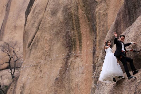 Cặp đôi Trung Quốc chụp ảnh cưới trên vách núi cheo leo cùng 'thầy trò Đường Tăng'-6