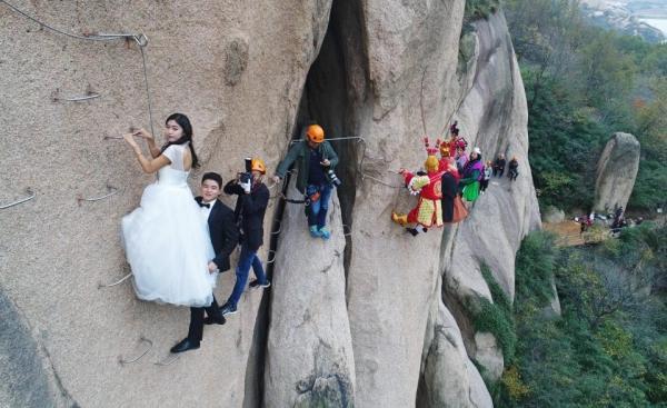 Cặp đôi Trung Quốc chụp ảnh cưới trên vách núi cheo leo cùng 'thầy trò Đường Tăng'-2