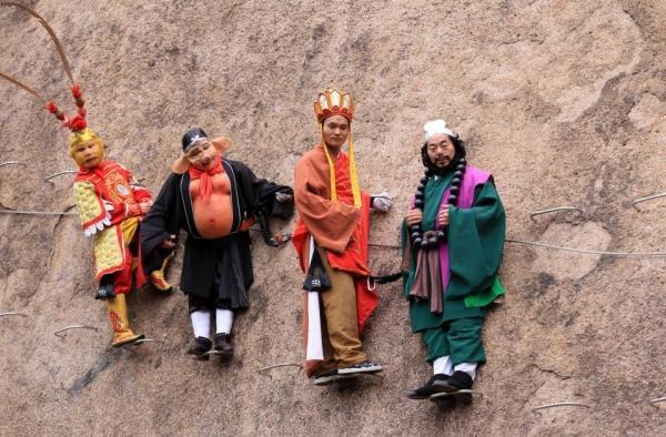 Cặp đôi Trung Quốc chụp ảnh cưới trên vách núi cheo leo cùng 'thầy trò Đường Tăng'-4