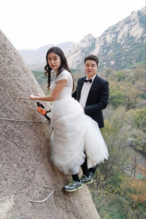 Cặp đôi Trung Quốc chụp ảnh cưới trên vách núi cheo leo cùng 'thầy trò Đường Tăng'-3