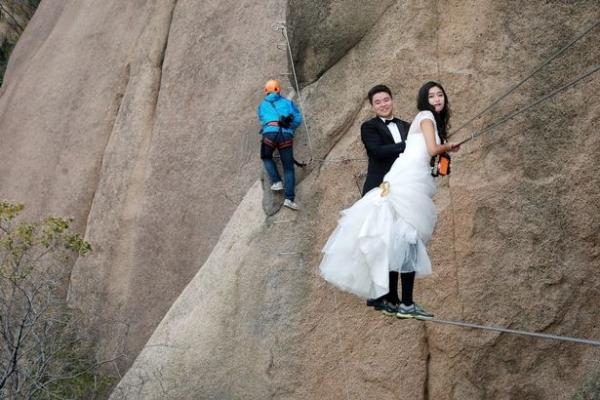 Cặp đôi Trung Quốc chụp ảnh cưới trên vách núi cheo leo cùng 'thầy trò Đường Tăng'-7
