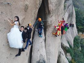 Cặp đôi Trung Quốc chụp ảnh cưới trên vách núi cheo leo cùng 'thầy trò Đường Tăng'