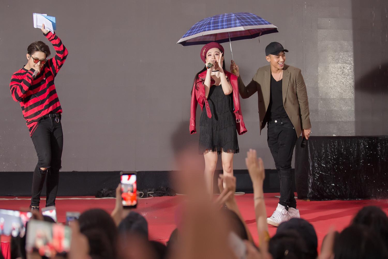 Angela Phương Trinh thừa nhận thích Hữu Vi và hôn anh chàng trước hàng ngàn người-6