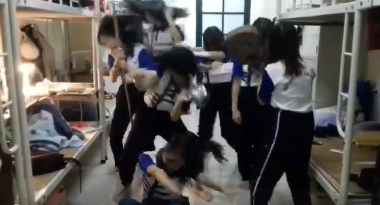 Nữ sinh ĐH Quốc gia Hà Nội quẩy tưng bừng khi qua môn giữa kỳ Thể dục-2
