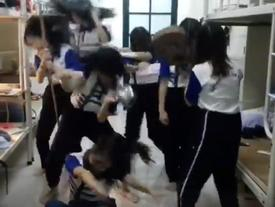 Nữ sinh ĐH Quốc gia Hà Nội quẩy tưng bừng khi qua môn giữa kỳ Thể dục