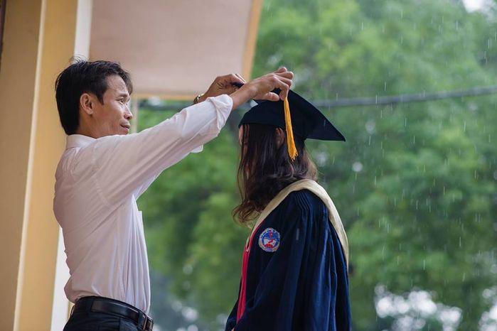 Bộ ảnh kỉ yếu ngày mưa của bố và con gái gây xúc động mạnh-1