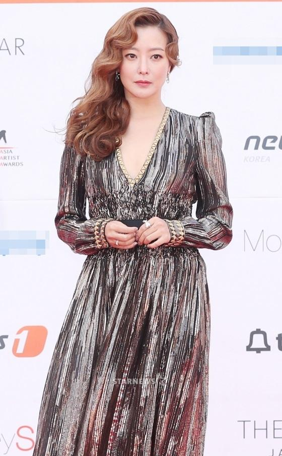 Thảm đỏ Asia Artist Awards: Kim Hee Sun lộng lẫy lấn át dàn mỹ nhân trẻ-1