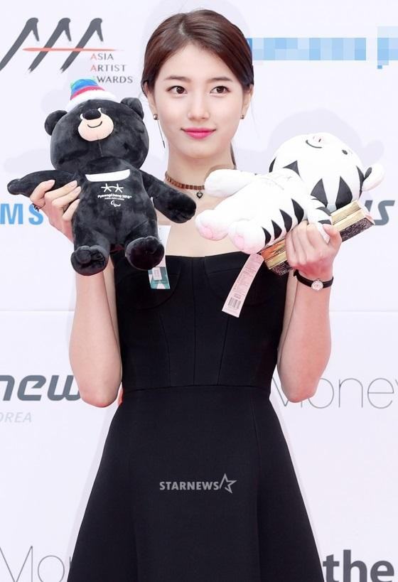 Thảm đỏ Asia Artist Awards: Kim Hee Sun lộng lẫy lấn át dàn mỹ nhân trẻ-4