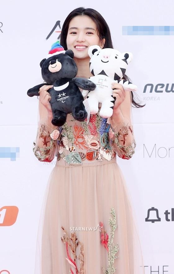 Thảm đỏ Asia Artist Awards: Kim Hee Sun lộng lẫy lấn át dàn mỹ nhân trẻ-7
