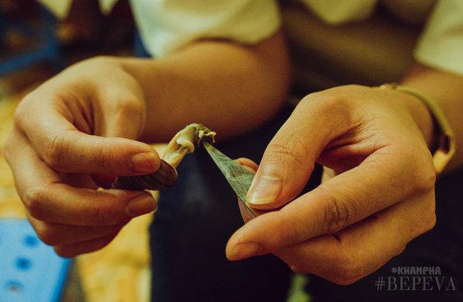 Từ sở thích của con gái, quán ốc Đinh Liệt đã sống suốt 22 năm, mỗi ngày bán 3 tạ-5