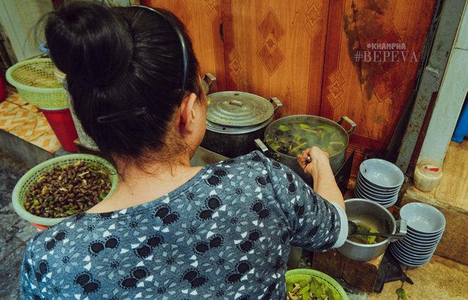 Từ sở thích của con gái, quán ốc Đinh Liệt đã sống suốt 22 năm, mỗi ngày bán 3 tạ-9
