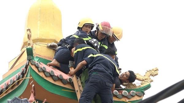 Cảnh sát leo nóc chùa khống chế thanh niên ngáo đá-2