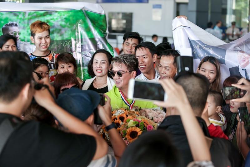 Fans tặng huy chương, cúp vàng cho Đàm Vĩnh Hưng dù không đạt giải tại MTV EMA-4