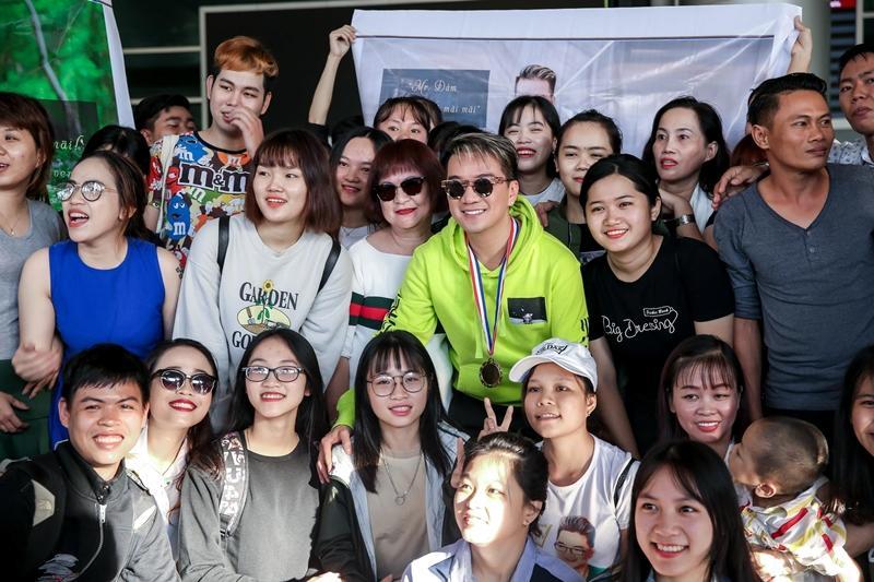 Fans tặng huy chương, cúp vàng cho Đàm Vĩnh Hưng dù không đạt giải tại MTV EMA-6