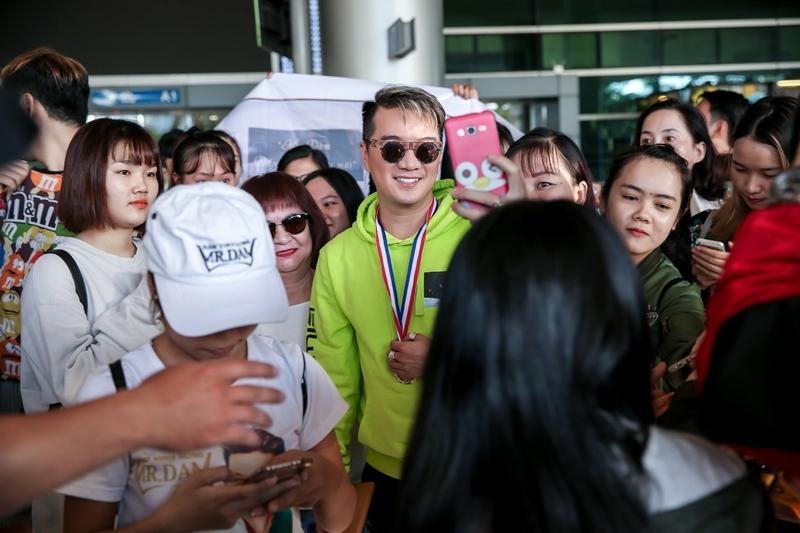 Fans tặng huy chương, cúp vàng cho Đàm Vĩnh Hưng dù không đạt giải tại MTV EMA-7