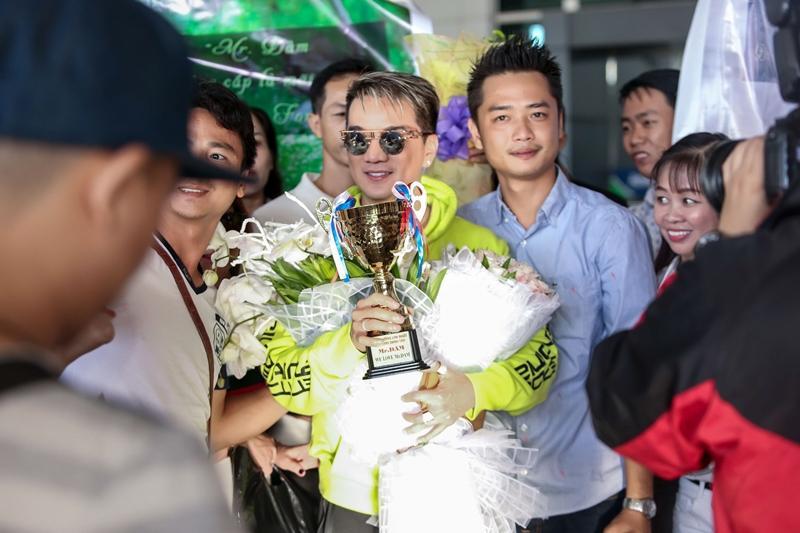 Fans tặng huy chương, cúp vàng cho Đàm Vĩnh Hưng dù không đạt giải tại MTV EMA-3