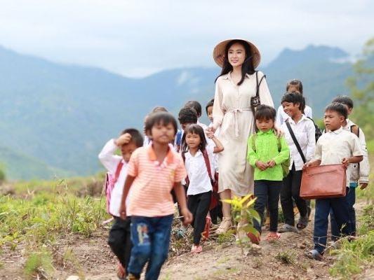 Lan Ngọc, Angela Phương Trinh, Minh Hằng chạm trán hạng mục diễn xuất tại 'Liên hoan phim Việt Nam 2017'
