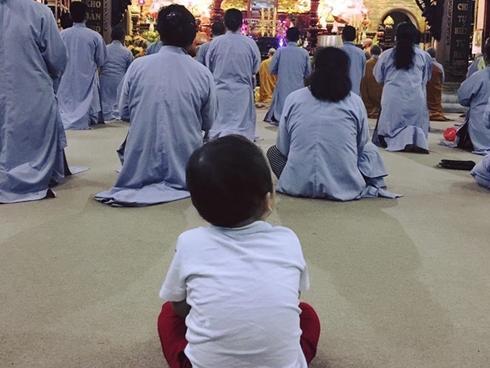 Hot girl - hot boy Việt 17/11: Ly Kute khoe khoảnh khắc đáng yêu của Khoai Tây khi đi chùa