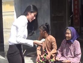 Clip: Thủy Tiên trao tặng 42 triệu đồng cho người mẹ nuôi con tâm thần gây xúc động