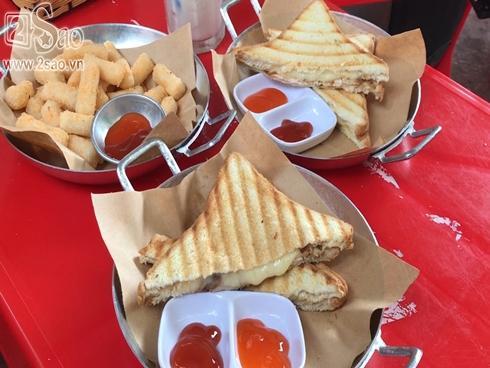'Cận cảnh' món sandwich gà nướng phô mai chảy khu Bách-Kinh-Xây
